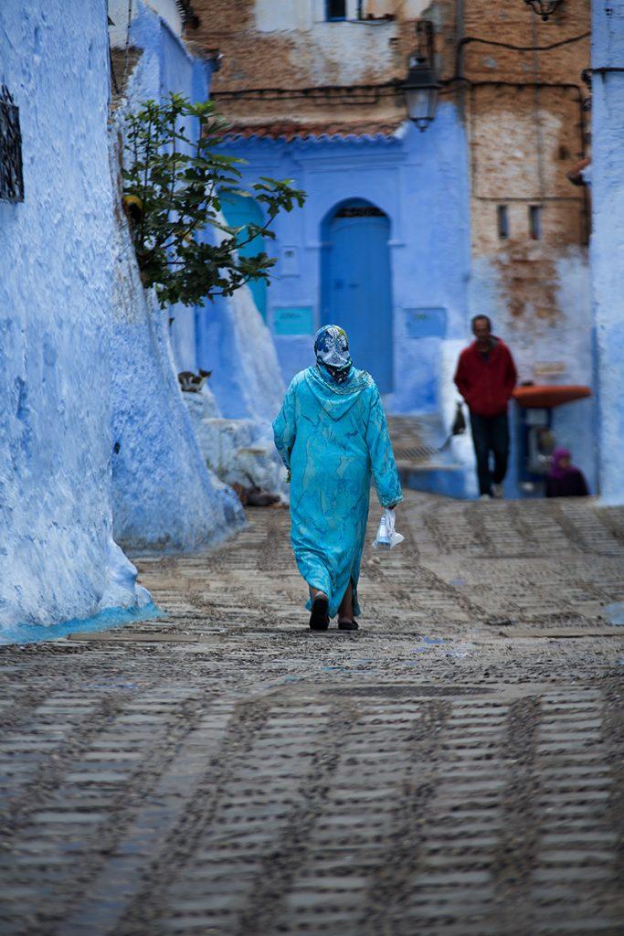 Szewszawan,Maroko,medyna,uliczka,ludzie,niebieski,kot