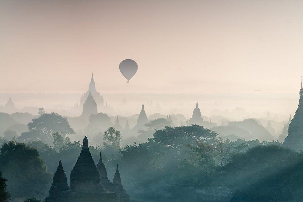 pagody,balony,mgła,świątynie