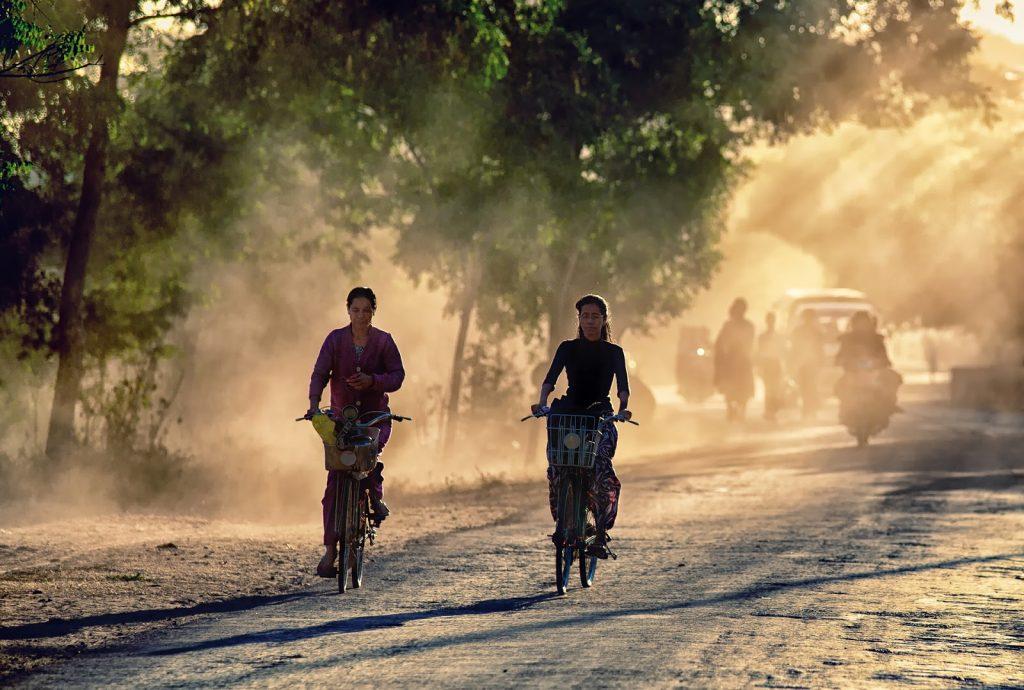 kobiety,rowery,bagan,birma,droga