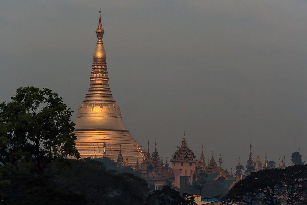 Shwedogon od strony wschodniej ( Kandawgyi Lake),pagoda,Birma.Myanmar