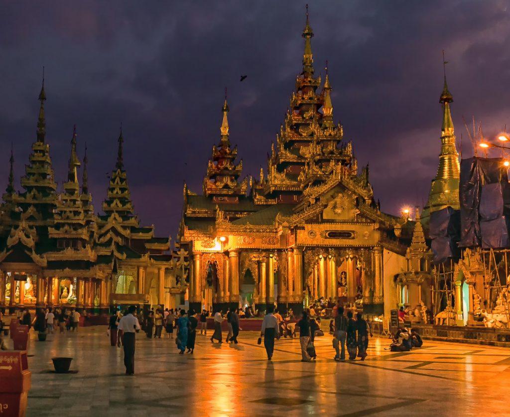 obejście głównej stupy - po prawej w głębi stupa Naung Yaw Gyi  ,Birma,Myanmar